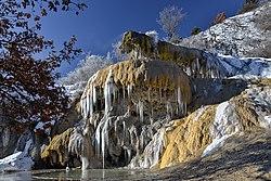 La fontaine de Réotier et ses stalactites de glace.jpg