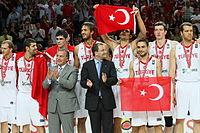La selección turca de baloncesto tras recibir la medalla de plata.jpg