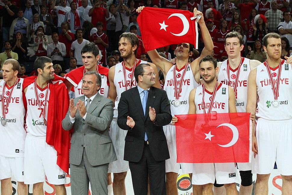 La selección turca de baloncesto tras recibir la medalla de plata