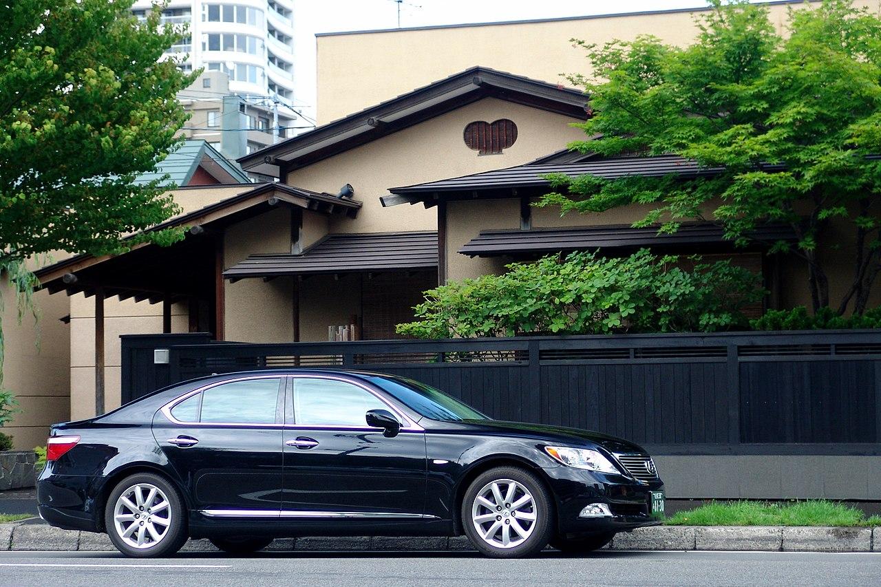 File:Lexus-LS460 in Sapporo.jpg - Wikimedia Commons