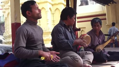 Файл:Local musicians singing bhajan at kamakhya temple, Guwahati, Assam, India.webm