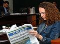 Luciana Genro lendo O Globo.jpg