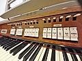 München-Harlaching, Klinikum Schuster-Orgel (Spieltisch) (7).jpg