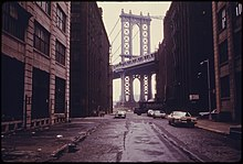 Description de l'image  MANHATTAN BRIDGE TOWER IN BROOKLYN, NEW YORK CITY, FRAMED THROUGH NEARBY BUILDINGS. BROOKLYN REMAINS ONE OF AMERICA'S... - NARA - 555898.jpg.