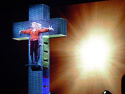 "Madonna sendo ""crucificada"" enquanto cantava a ""Live to Tell"", durante a The Confessions Tour."