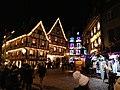 Maisons à Colmar avec des décorations de Noël la nuit.jpg