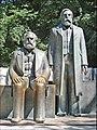 Marx et Engels regardent vers l'ouest (Berlin) (6343747556).jpg