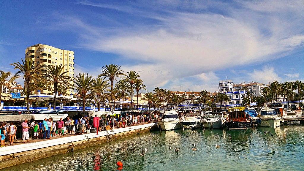 Mercadillo puerto de Estepona.jpg