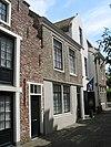 foto van Pand met verdieping en zadeldak tussen puntgevels, evenwijdig aan de straat, wellicht 17e eeuw