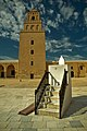 Minaret et escalier du cadran solaire depuis la cour de la Grande Mosquée de Kairouan.jpg