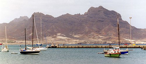 Vista parcial de la bahía de Porto Grande con el Monte Cara al fondo