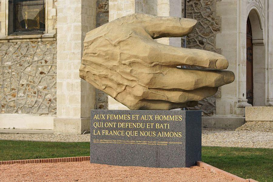 Monument situé devant la Mairie de Emerainville (77)