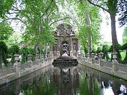 Monument a coté du palais.jpg