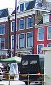 foto van Pand met twee verdiepingen met geblokte kroonlijst waarboven dakkapel