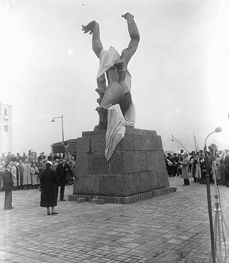 The Destroyed City - Image: Onthulling door mevrouw Van Walsum van het beeld van Zadkine te Rotterdam, Bestanddeelnr 905 7256