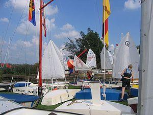Optimist (dinghy) - Rigging on shore