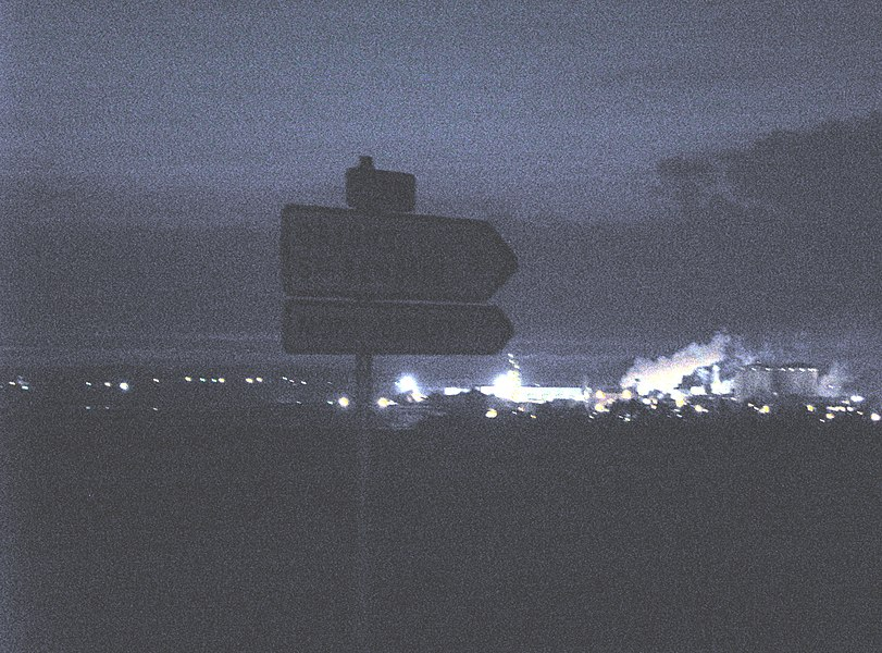 Origny-Sainte-Benoite (Aisne, France) -  La route venant de Sains-Richaumont descend vers Origny et permet de voir nettement, à gauche de celle-ci, les lumières des importants équipements industriels d'où s'échappent de gros nuages de fumées ou de vapeur.   Camera location  49°50′02.39″N, 3°29′55.77″E  View this and other nearby images on: OpenStreetMap - Google Earth    49.833997;    3.498824