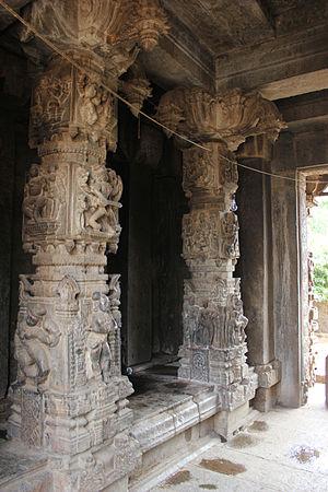 Gaurishvara Temple, Yelandur - Image: Ornate pillars in Gaurishvara temple at Yelandur
