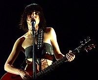Knabinkantado kaj intrigante gitaron je scenejo