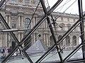Palais du Louvre vu dès le vitre de la pyramide.jpg