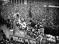Passage du Char de Paulette Cayet, Reine des Reines de Paris 1928 sur la place de l'Opéra le jeudi de la Mi-Carême 15 mars 1928.jpg