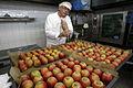 Pečena jabolka z medom in orehi v pripravi.jpg