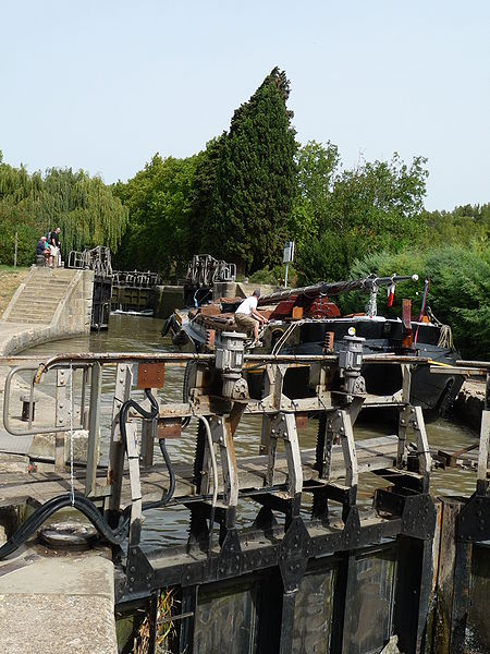 Fichier:Pechlaurier Lock on the Canal du Midi.JPG