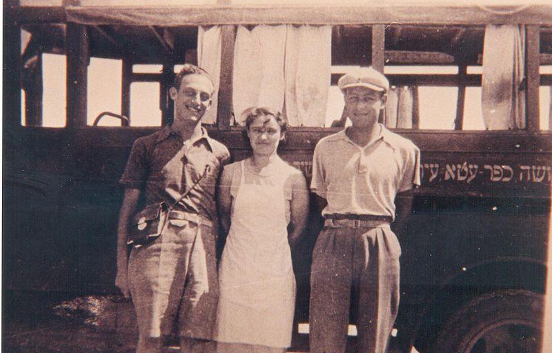 רוזנפלד רודי וחברים ליד האוטובוס לכפר עטה