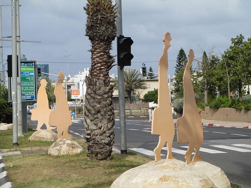 פסל אנשים עם מזוודות בגבעתיים