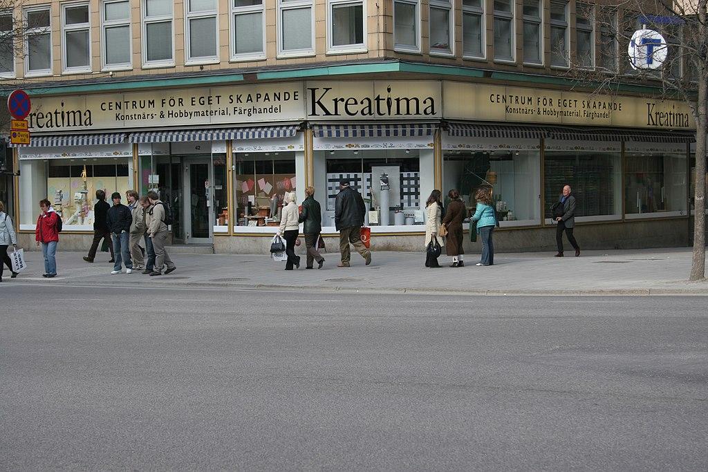 Lugar del asesinato en el cruce de las calles Sveavägen y Tunnelgatan, en Estocolmo. El sitio exacto es en el que están paradas las tres mujeres. El asesino huyó por Tunnelgatan, a la derecha de la imagen.