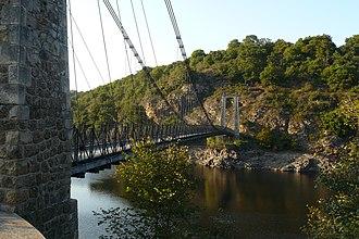 Tardes (river) - The suspension bridge over the Tardes, between Budelière and Évaux-les-Bains.