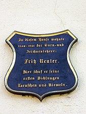 Gedenktafel am Reuterhaus in Altentreptow (Quelle: Wikimedia)