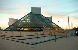 De Rock and Roll Hall of Fame bij zonsondergang