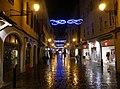 Rue Juiverie de Chambéry illuminée de nuit sous la pluie (2017).JPG