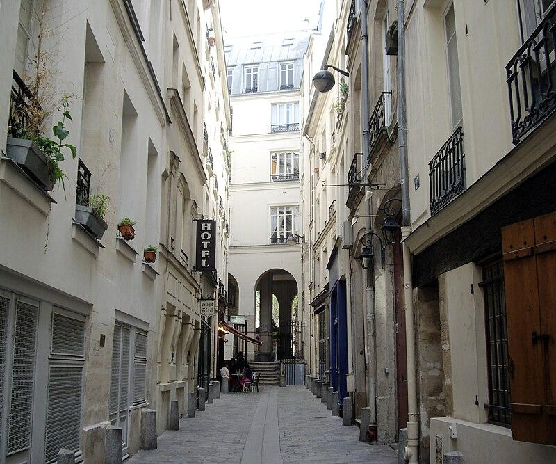 https://upload.wikimedia.org/wikipedia/commons/thumb/5/5c/Rue_de_l%27Hirondelle%2C_Paris_6.jpg/800px-Rue_de_l%27Hirondelle%2C_Paris_6.jpg