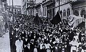 Operários e anarquistas marcham portando bandeiras negras pela cidade de São Paulo, durante a greve geral de 1917.