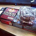 Sachet de 3 cookies dans une boite cookies équitable. C'est peut-être équitable mais c'est pas très ecolo... (7221493818).jpg