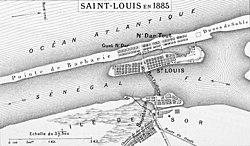 """סן-לואי ב-1885: האי סן-לואי במרכז בין שני יובליו של נהר סנגל. מתחתיו גשר פדרב המוביל אל רובע סור. מעליו """"לשון ברברי"""" ומעליה האוקיינוס האטלנטי. צפונה של המפה נמצא בצד ימין"""