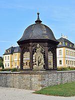 Schloss Veitshöchheim - Pavillon und Sandsteinfigur vor dem Schloss.jpg