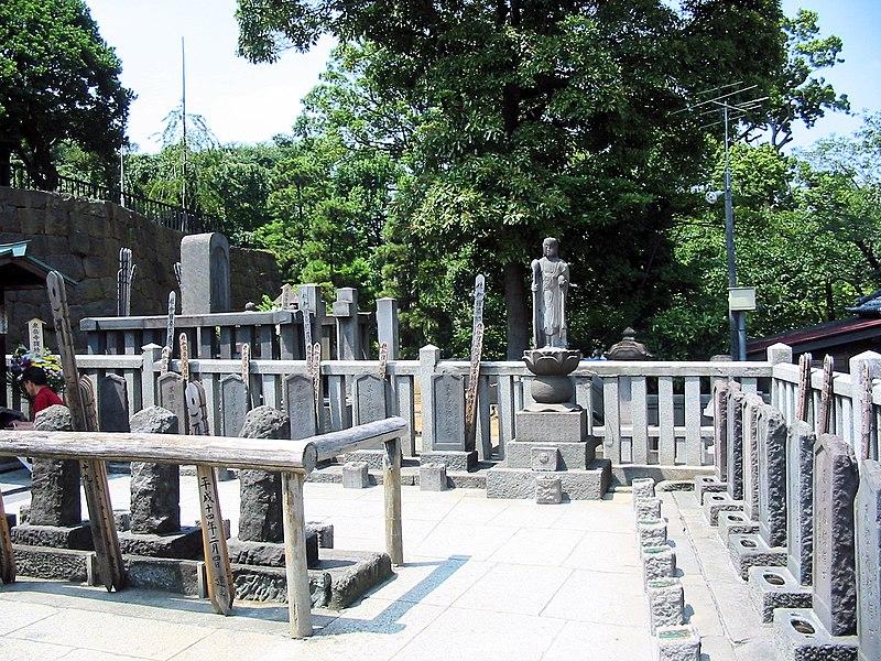 800px-Sengakuji_47_ronin_graves.jpg