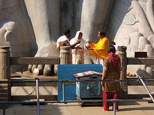 Śrāvaka (Jainism) - Jain Śrāvaka praying at Gommateshwara statue