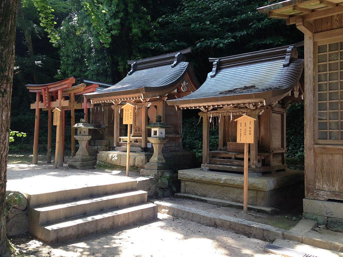 Shrines in Shikaumi Shrine 1.jpg