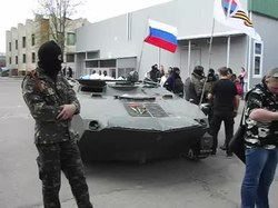 Файл:Sloviansk - April 16th - Military Vehicle with Russian Flag.webm