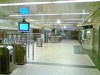 Franklin D. Roosevelt (Paris Métro) - Image: Station metro paris tickethall roosevelt
