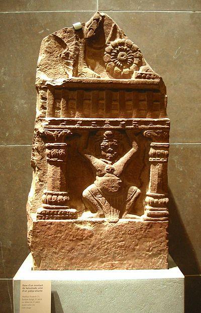 Balustrade-bedrift Yaksa med korintiske søjler, Madhya Pradesh (?), Sunga periode (2nd-1. århundrede f.kr.). Musée Guimet.