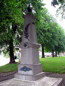 A French obelisk memorial, decorated with the croix de guerre, palm of peace and a Gallic rooster Taisnil monument-aux-morts.jpg