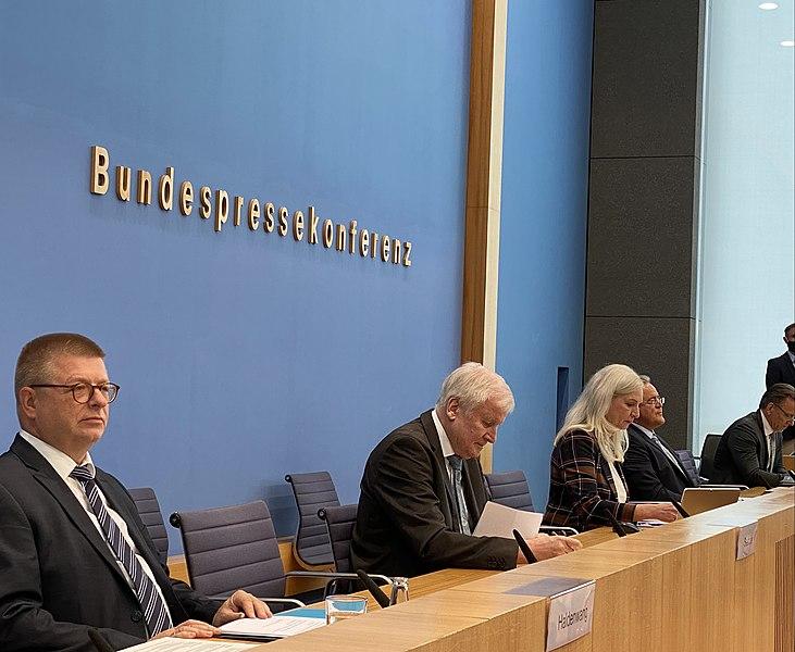 File:Thomas Haldenwang und Horst Seehofer in der Bundespressekonferent am 6. Oktober 2020.jpg