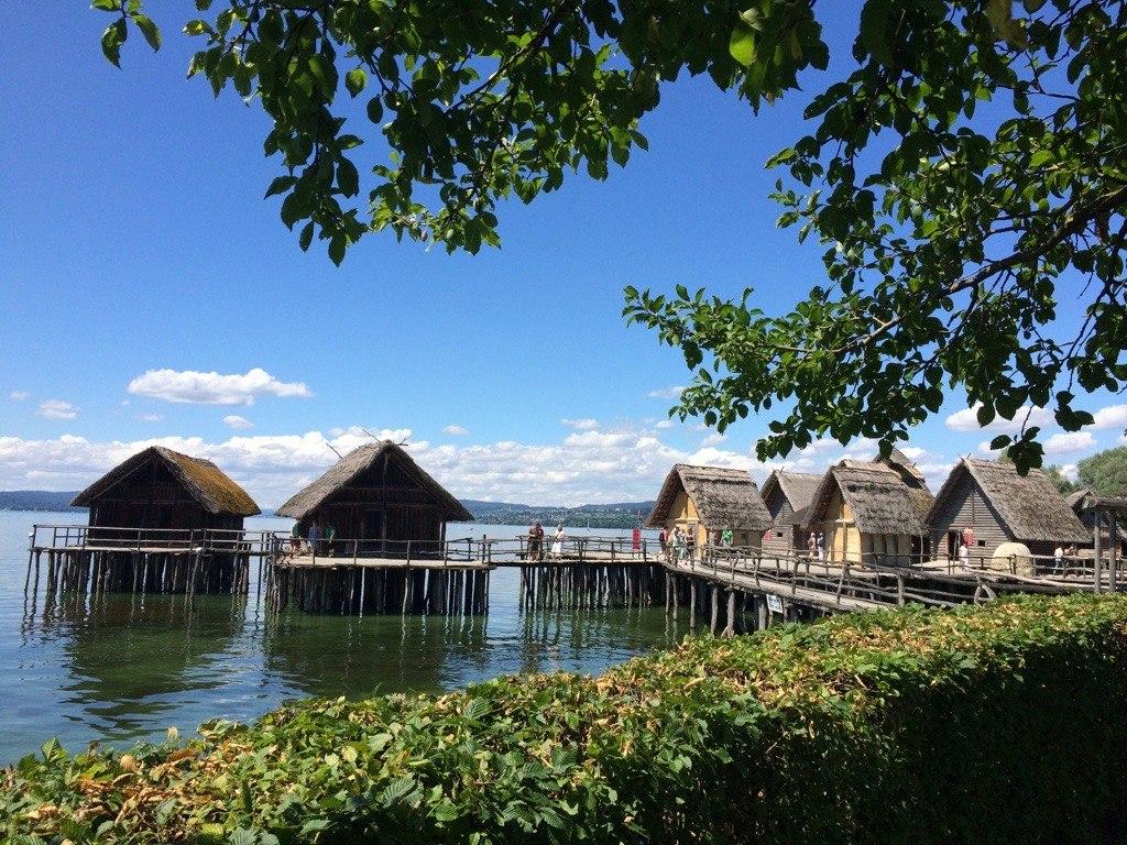 Blick auf die rekonstruierten Pfahlhäuser im Pfahlbaumuseum Unteruhldingen (UNESCO-Welterbe Prähistorische Pfahlbauten um die Alpen. Welterbe in Bayern)