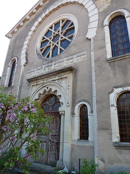 """Toul - Synagogue de Toul: Synagogue abandonnée, la façade est orientée vers le nord-ouest et ne voit presque jamais le soleil.  Au centre est sculpté en hébreu le verset biblique Isaïe 56,7: """"Ma maison sera appelée maison de prière pour tous les peuples."""". On trouve le même verset sur la synagogue de Bayonne."""
