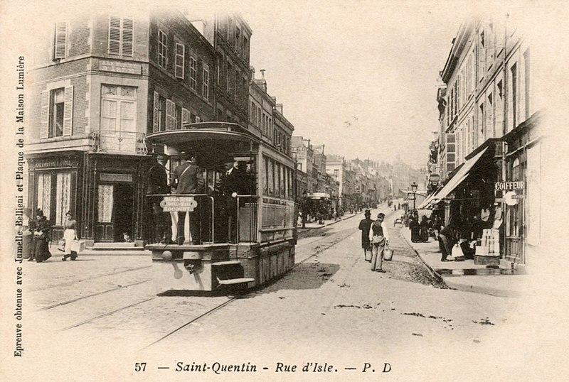 https://upload.wikimedia.org/wikipedia/commons/thumb/5/5c/Tramway_St_Quentin_rue_d%27Isle_Rocourt_tramway_M%C3%A9karski.JPG/800px-Tramway_St_Quentin_rue_d%27Isle_Rocourt_tramway_M%C3%A9karski.JPG